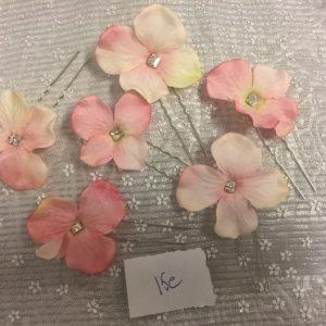 Vaaleanpunaiset kukkapinnit
