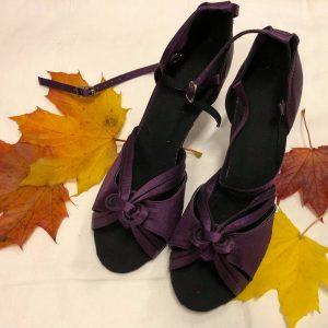 Violetit tanssikengät, VIOLET
