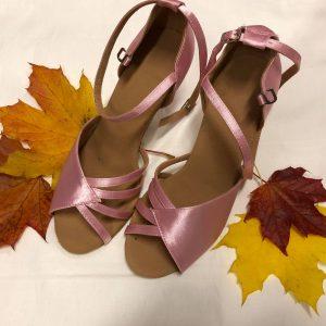 Vaaleanpunaiset tanssikengät, PINK