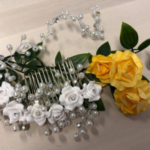 Valkoisilla kukilla koristeltu hiuskampa